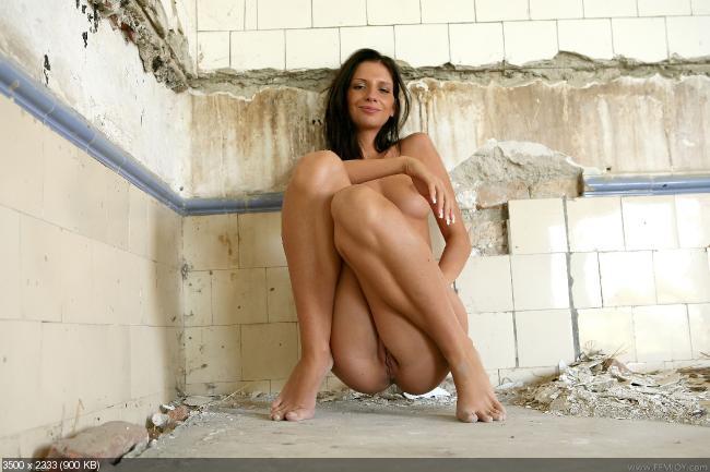 женщина сидит на корточках голая фото